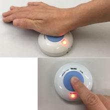 手のひらでも押すことができる大型ボタン
